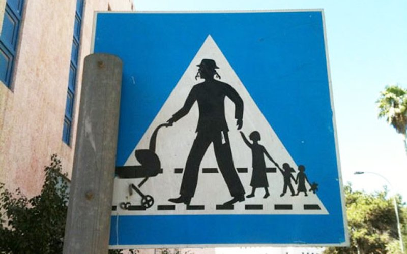 Hasidic-family-crossing-sign